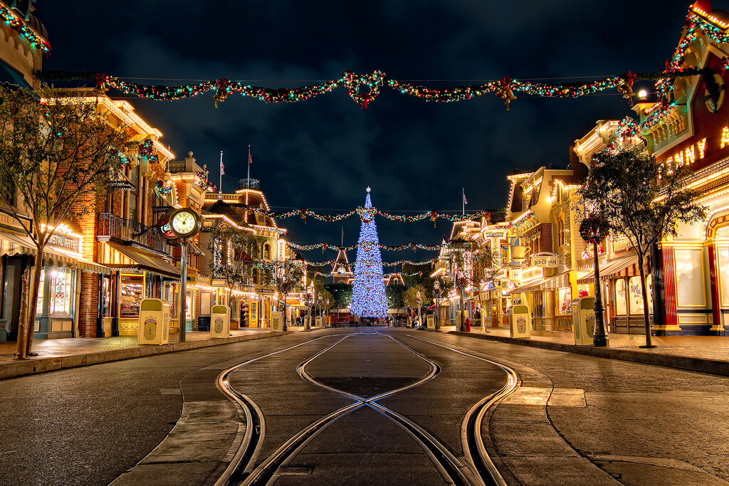 christmas at disneyland best worst days to go is it packed real time crowd tracking isitpackedcom - Disneyland Christmas