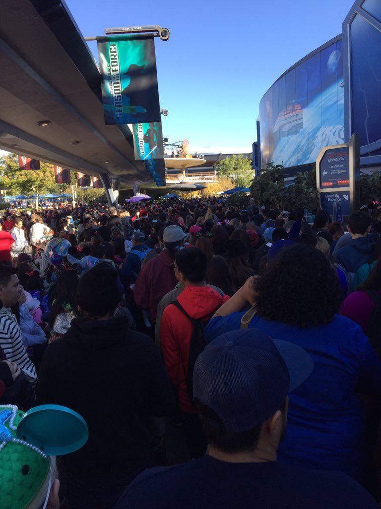christmas day gridlock at disneyland brilippy - Is Disneyland Open On Christmas Day