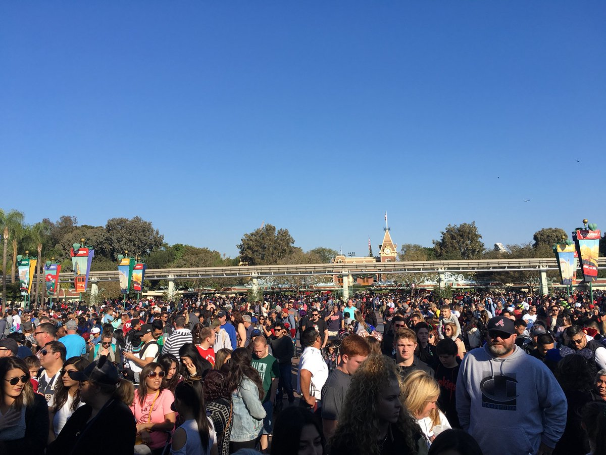 Christmas at Disneyland: Best & Worst Days to Go – Is It Packed? – Real-Time Crowd Tracking ...